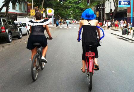 Bicicleta e fantasia de carnaval - Copacabana